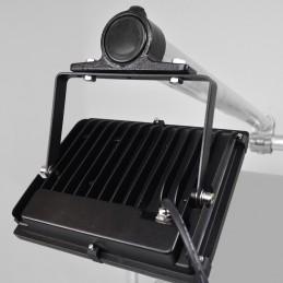 Schijnwerper LED aan buis bevestigd met buisklem