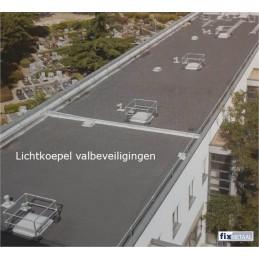 Lichtkoepel Valbeveiligingen op platte dak van een flat
